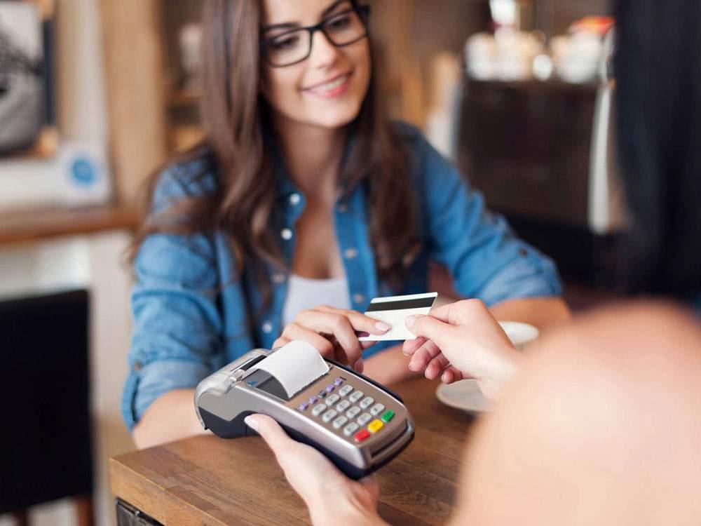 Thay vì nói về tiện ích của thẻ tín dụng, hãy dạy khách hàng cách dùng nó!