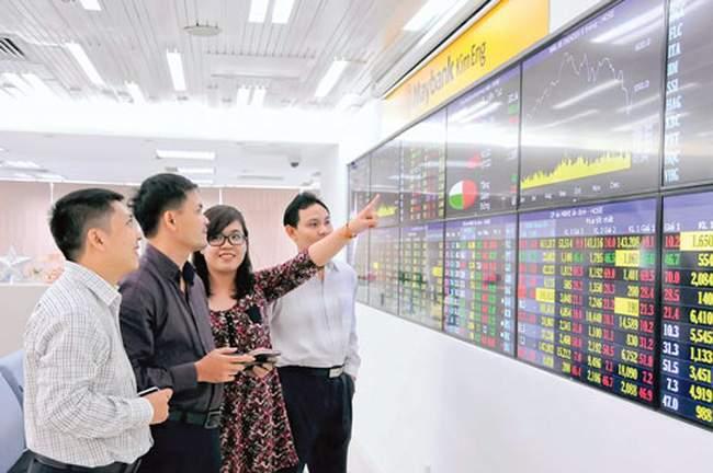 Các nhà đầu tư đang theo dõi thị trường chứng khoán